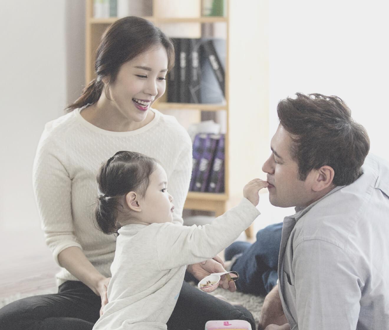 엄마와 아빠, 딸이 함께 있는 가족의 모습